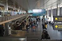 Организует лотерею, приглашая пассажиров своевременно прибывать в аэропорт