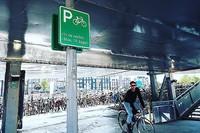 Amsterdamā atvērta plaša pazemes stāvvieta velosipēdiem