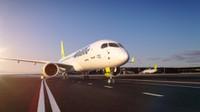 """""""airBaltic"""" lidmašīna lidostas teritorijā sadūrusies ar gaisa tilta kāpnēm"""