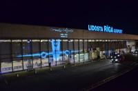 """Аэропорт """"Рига"""": машины такси теперь создают у терминалов хаос"""