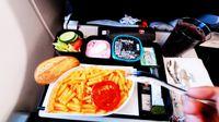 Kādēļ šķiet, ka ēdiens lidmašīnā garšo citādāk?