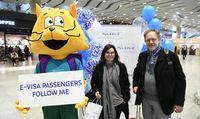 Pirmie tūristi no Latvijās ar elektroniskajām vīzām tiek īpaši sagaidīti Sanktpēterburgas lidostā